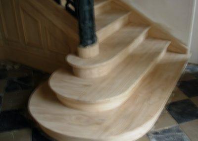 Photo restauration escalier château avec 3 marches royale et l'habillage sous l'escalier