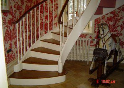 Photo escalier courbe chêne à la française avec balustre bois