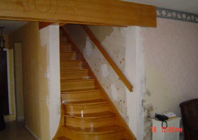 Photo escalier chêne encloisonné. Main courante murale