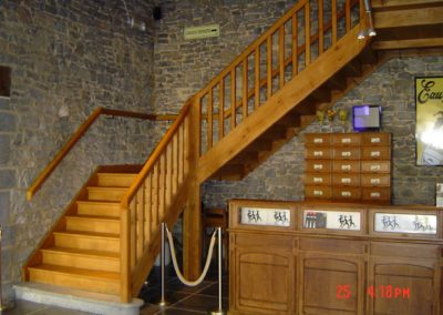 Photo escalier en chêne avec palier de repos. Balustre bois et pierre bleu de départ