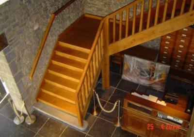Photo escalier en chêne avec palier de repos. Balustre bois