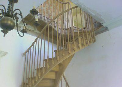 Escalier débillardé. Balustre bois à l'anglaise