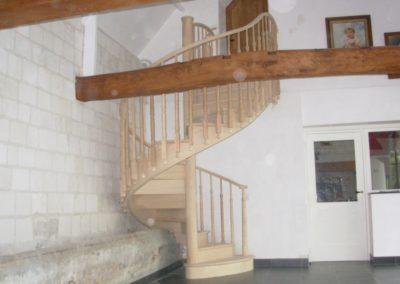 photo escalier hélicoïdal en chêne avec contre marche et passage de poutre