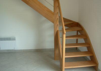photo escalier chêne 1/4 tournant sans contre marche. Inox , verre sécurit et main courante bois