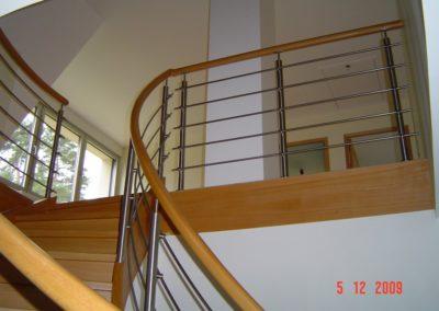 photo escalier débillardé en chêne avec inox et main courante ronde