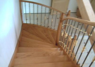 photo escalier chêne avec contre marche et balustre fer et bague laiton