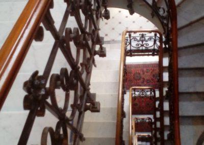 photo main courante débillardée posée sur fer plat et balustre en fer forgé