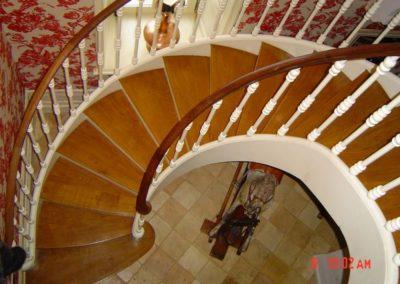 Photo escalier courbe. Balustre en bois à la française
