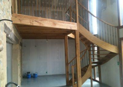 Photo escalier 3/4 tournant avec palier de repos et poteau de soutien. Balustre métallique