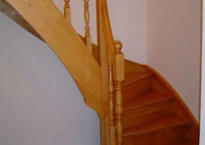 Photo escalier chêne avec contre marche et balustre bois