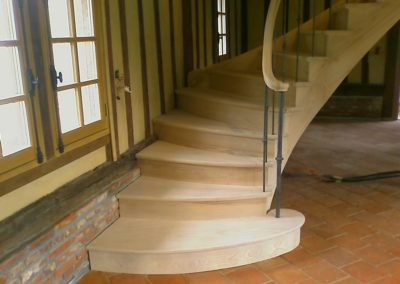 photo escalier chêne départ évasé. balustre à la française