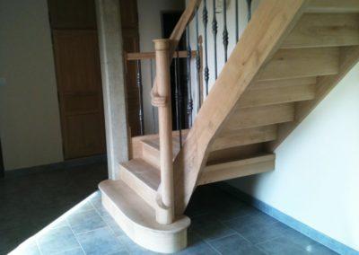 photo escalier chêne avec contre marche et la main courante venant mourir autour du poteau