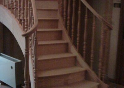 photo escalier 1/4 tournant en chêne . départ évasé avec 2 volutes. Balustre tournée bois