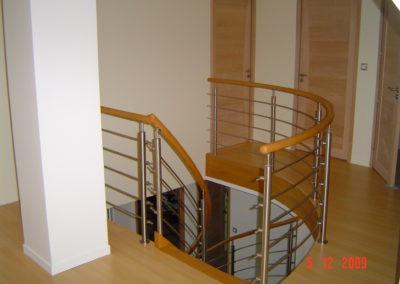 photo escalier arrivée étage garde corps inox avec main courante ronde en chêne
