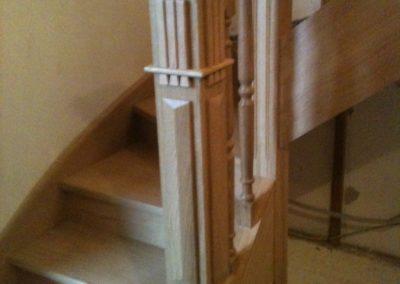 Photo escalier chêne avec poteau de départ et balustre bois tournée