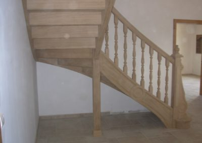 Photo escalier chêne avec balustre bois tournée, contre marche