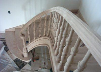 photo escalier chêne avec contre marche , balustre bois et volute de départ
