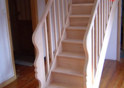 Photo escalier droit en frêne avec 2 volutes de départ et contre marche