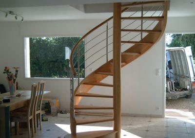 photo escalier hélicoïdal en hêtre sans contre marche et câble inox. Main courante bois