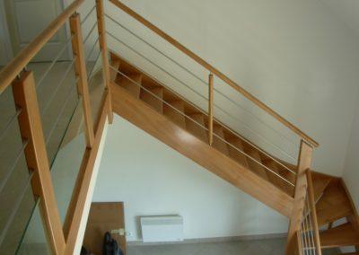 photo escalier frêne avec contre marche , tube inox , verre sécurit et main courante ronde