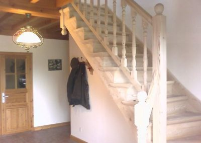 photo escalier frêne avec contre marche et balustre bois