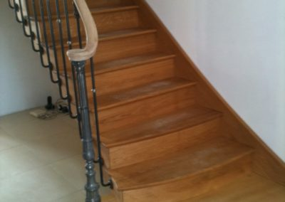 photo escalier chêne débillardé avec contre marche et balustre à l'anglaise. Volute de départ et marche royale au départ